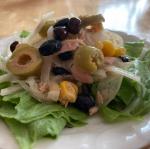 そらみつさんのオリーブの実を使ってサラダにしてみました。水にさらした玉ねぎとコーン、ツナ、オリーブスライスをイタリアンドレッシングで和えてレタスにのせました。こんな簡単なのにオシャレな…のInstagram画像