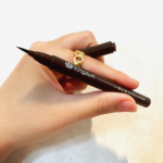 美発色のカラーアイライナー.キングダム リキッドアイライナー がリニューアル✨今回私はディープブラウンを提供して頂きました🥰.普段はブラック派の私にも使いやすい深みのあるブラウ…のInstagram画像