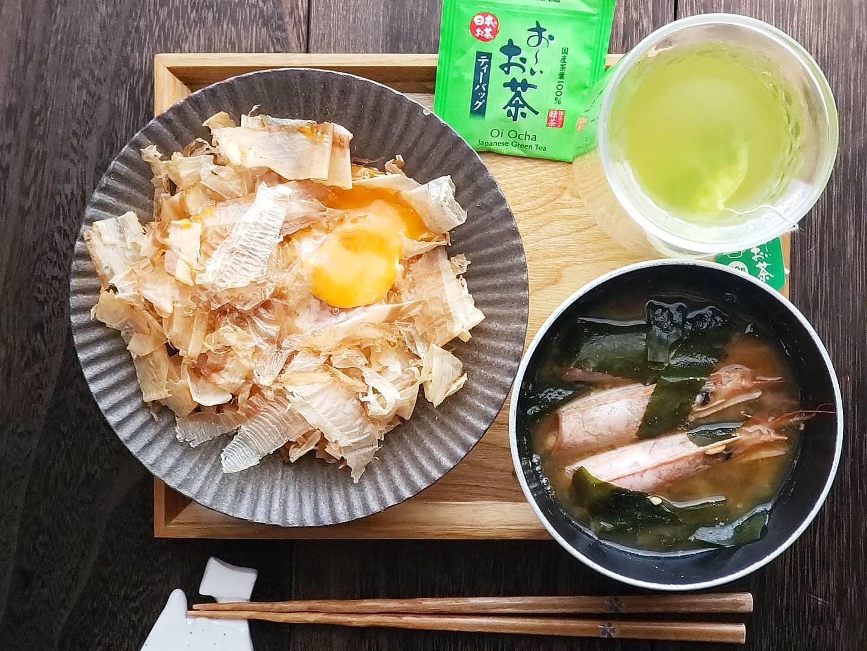 口コミ投稿:昨日のお昼ごはんでおはようございます☀.☆おかかごはん☆海老のみそ汁.たっぷりの花か…