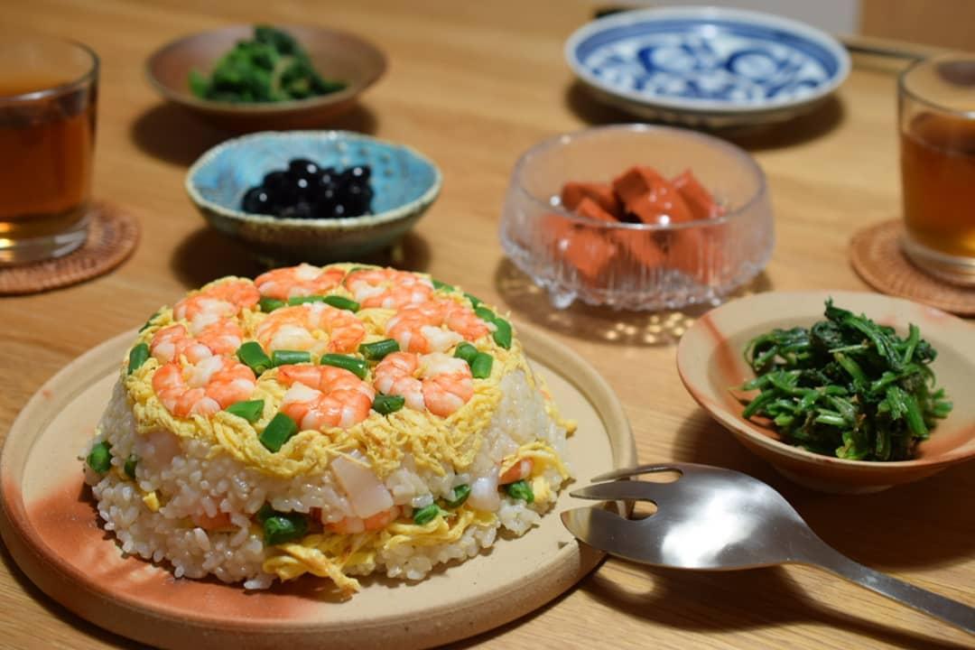 口コミ投稿:きょうのご飯は、ちらし寿司🍂備前焼の器に盛ってケーキ風にしてみたよ💡具材は、エビ…
