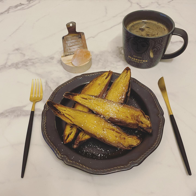 口コミ投稿:..夜ごはんは焼き芋🍠.焼き芋に塩かけて食べると美味しいってのを見かけたので岩塩…