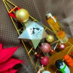 今年の#クリスマスツリー は卓上で🎄#ツリー の準備をしている中で、@fatwitchjapan さんよりクリスマス限定のブラウニーオーナメントを頂きました♡🍫・#オーナメント の中に…のInstagram画像