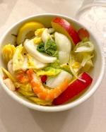 水キムチ。韓国人のお友だちに教えてもらいました♫息子とお料理。ついでにケフィアヨーグルトも作ったのですが、しびれる酸味が気になり水キムチと混ぜてサラダに笑作り方間違えたかなー?…のInstagram画像