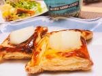洋梨のデニッシュ風🍐冷凍パイシートで楽して朝ごはんはデニッシュです🥐洋梨は後から乗せで冷凍パイシートにクリームチーズとリエージュシロップをまぜたものを乗せたの(奥)と業務スーパーの豆腐…のInstagram画像