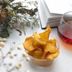 .王室御用達の紅茶と安納芋チップス。.お湯を注いだ瞬間から上品でフラワリーな香りに癒される。.とってもフルーティーでリラックス。.しっかりとしたかたさと自然な甘さの…のInstagram画像