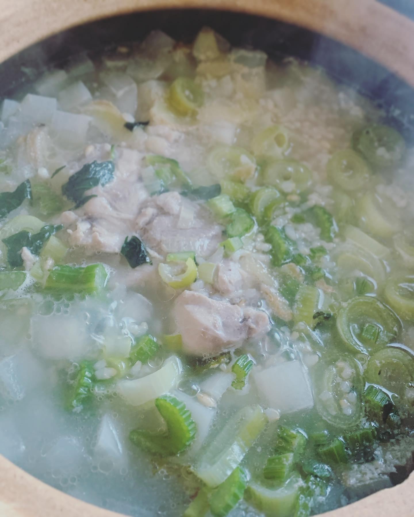 口コミ投稿:今年は七草粥の代わりに鶏大根粥😋大根と生姜、ネギ、セロリたっぷりに鳥もも肉を一枚…