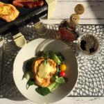 休日のブレックファースト🍳おうちで簡単、カフェ気分☕️焼きたてフレンチトーストにトロトロモッツァレラチーズ、芳醇な香りが贅沢なカナダ・ケベック州のメープルシロップをたっぷりかけて🍴✨…のInstagram画像