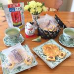 こんぶ茶とおせんべい。あぁ、最高の組み合わせ!🍵😋🍘Il tè di alghe e il cracker di riso. Ah, la migliore combinazione!Kelp…のInstagram画像