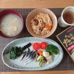 🍚おうちごはん🍚*お昼ごはんは、アサムラサキのたこめし🍚いつも使っている『かき醤油』のメーカーさんのものです😊これは美味しいの間違いない‼️ちょこちょこおばんざい盛り付けて、玉ねぎ…のInstagram画像