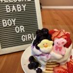 #ジェンダーリビールケーキ 💓市販のもの頼もうと思ったんだけど、娘ちゃんが食べるなら、、と思って自作🧁甘みはオリゴ糖で⛄️✨フルーツたっぷり、クリームたっぷり。娘ちゃんはケーキカッ…のInstagram画像