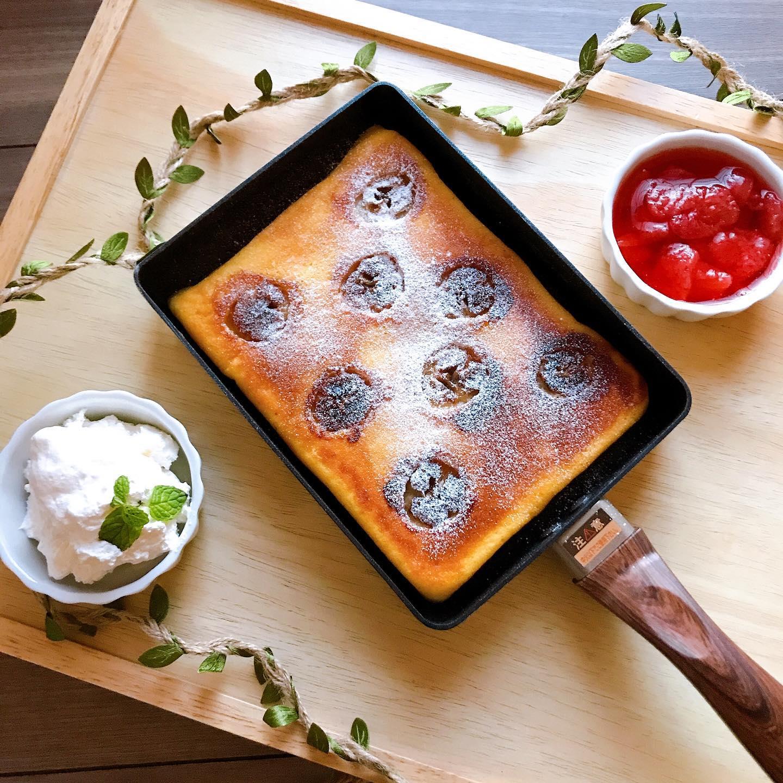 口コミ投稿:今日のおやつ。卵焼き器でバナナヨーグルトケーキ。手作りいちごソースとホイップを…