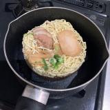 【キンレイ】新商品「お水がいらない 東京醤油らぁ麺」を食べてみましたの画像(3枚目)