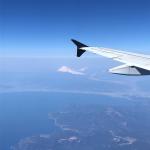 飛行機も慣れたものだ👶・・富士山が綺麗に見えたからつい📷リュックにバッチも付けて満足気🐻・・#1歳4ヶ月 #飛行機 #富士山 #男の子ママ #リュックサック#みんな…のInstagram画像