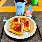 [甘じょっぱフレンチトースト]ฅ^. ̫ .^ฅたっぷりの牛乳とタマゴ、少量のきび砂糖を含ませた食パンをバターで焼き、仕上げにザラっと岩塩をかければ甘じょっぱい至高のフレンチト…のInstagram画像