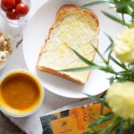 今日はトーストとモンマルシェの野菜をMOTTO 北海道産ほっこりかぼちゃの贅沢スープと一緒にお昼を食べました😊『野菜をMOTTO』初めて食べましたがレンジで1分簡単に温められて嬉しい💓かぼちゃがご…のInstagram画像