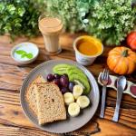 *今日の朝ごはんは、オーガニックパンにフルーツ、ヨーグルト、カフェオレ、そして野菜をMOTTO ほっこりかぼちゃのスープ♪ お気に入りの『野菜をMOTTO』シリーズから今回は「ほっこりかぼ…のInstagram画像