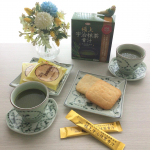『極上宇治抹茶青汁』と日光のお煎餅でティータイム。美味しい!🍵😋🍘L'ora del tè con のInstagram画像