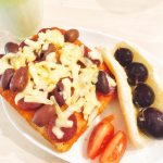 🍞🍞\ おうちごはん♡ /☆︎.。.Menu#サラミとオリーブのピザトースト#ぶどうサンド#トマト#青汁ミルクオリーブ切らないで丸ごとだし乱雑してるしテキト…のInstagram画像