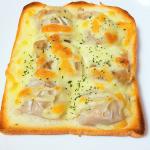 #朝ごはん 。マルハニチロさんの「五目シュウマイ 香りと旨み」を使った#シュウマイチーズトースト 。温めたシュウマイを半分にカットし、#食パン にのせてマヨネーズ・とろけるチーズをのせ…のInstagram画像