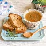 。🍅トマトパン&ポトフパンドメグモリの塩なしトマトパンとスープを合わせてお昼ごはん♪.塩なしパンなのでスープの旨味がより楽します😋..北海道産「さやかじゃいも」と5…のInstagram画像