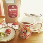 夏の間はずっと麦茶でしたが、少し肌寒い日が続いているので、久しぶりにやかんで沸かした温かいお茶を飲みたくなりました。今日はTIGERさんのプレミアムルイボスティーと、どさくさに紛れてリンツのチョコも😆…のInstagram画像