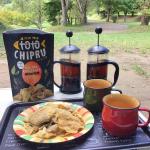 家族でキャンプ。自然の中でスナック「トトチップる」 を食べるよ!😋😆🏕Campeggiare con la famiglia. Mangiamo la merenda のInstagram画像