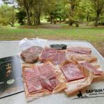 家族でキャンプ。自然の中で食べる『小田牛 焼肉セット』、最高です!😋😆🏕Campeggiare con la famiglia. のInstagram画像