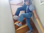 株式会社アルファックスさんの【2wayモップ】🧹で娘と一緒に階段のお掃除🧹‼️いつものスリッパにつけてスイスイと簡単に楽しくお掃除ができる、グッズです👀💕親子お揃いのモップなので娘が喜…のInstagram画像