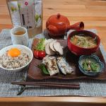 .#和食 や #和菓子 に合わせて #くろもじ茶#くろもじ は、菓子楊枝の素材として知られているクスノキ科の #日本原産 の #香木 で、緑の樹皮に黒い斑点があり、その様子が文字に見えるこ…のInstagram画像