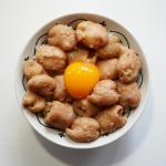・・・〜塩麹漬けシロコロ丼〜 ・・・・・・・・週の真ん中はガッツリスタミナ丼。シロコロは塩麹に一日漬けて焼き肉のタレで焼いただけの簡単丼。水洗いした生シロコロ1キロをジ…のInstagram画像