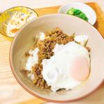 🍳\ 夜ごはん𓌉◯𓇋 /𖧧.。.Menu⚪︎挽肉の甘辛丼⚪︎目玉焼き⚪︎パスタサラダ⚪︎オクラ醤油和え挽肉とネギをコチュジャンで甘辛く炒めて丼にしました🍚⋆…のInstagram画像