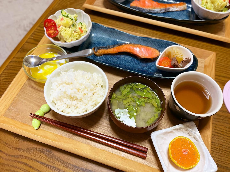 口コミ投稿:..▷▷▷2021.10.13.(水)..🌿お味噌汁(大根葉・里芋・人参🥕茄子🍆)🌿鮭の塩焼き🐟🌿肉じ…