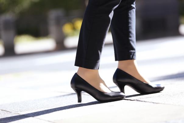 この夏履きたいのは絶対カラーパンプス!足元を変えれば普段のコーデも高見えが叶う!/アシックス商事株式会社